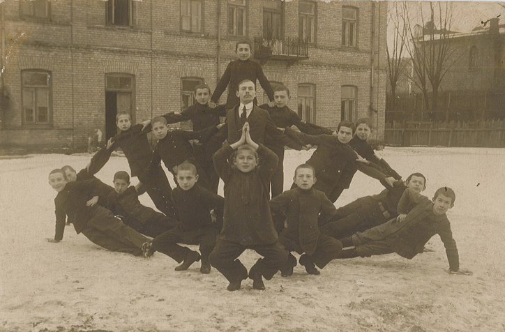 RG 120 610-ish gymnastics in snow c wwi recto.jpg