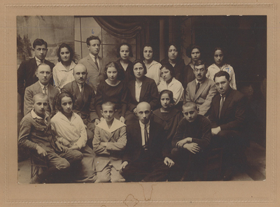 Administration of the <em>Yugnt fareyn</em> in Bialystok. (Shaul Goldman, middle row, second from left).