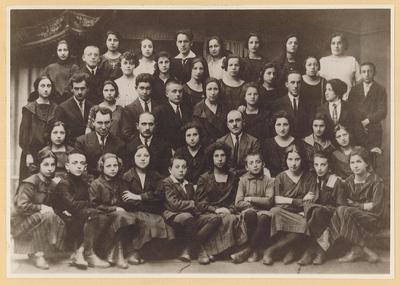 Yugnt fareyn shule, graduating class, 1920-21. (Shaul Goldman is 2nd row from bottom, 5th from left.)